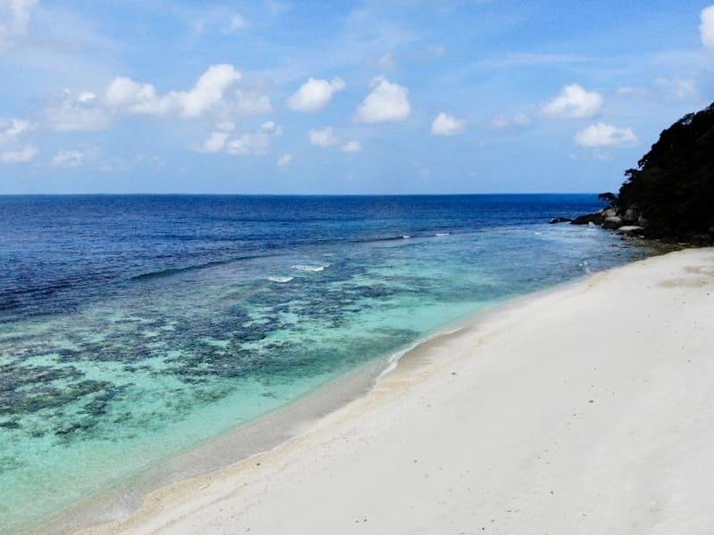 Guía completa de Pulau Tioman - Islas de Malasia • Coral beach dron 2