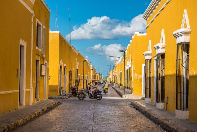 Viaje en grupo a México • calles izamal